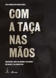 COM A TACA NAS MAOS